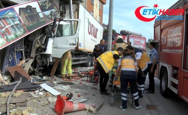 Sürücüsünün direksiyon hakimiyetini kaybettiği kamyon iş yerine girdi