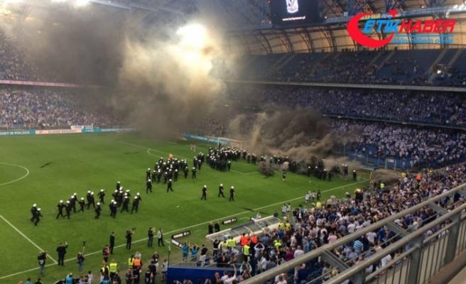 Taraftar sahaya indi, Legia Varşova şampiyon oldu