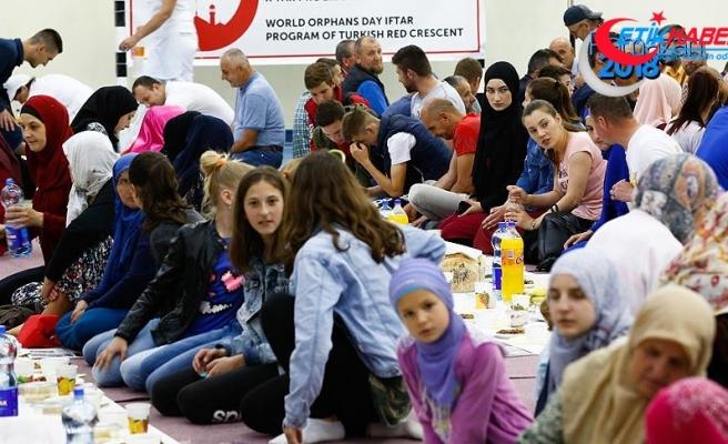 Türk Kızılayından dünya yetimlerine iftar