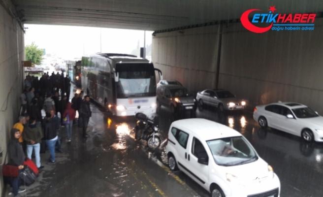 Yağmur yağdı vatandaşlar üst geçit altlarına sığındı