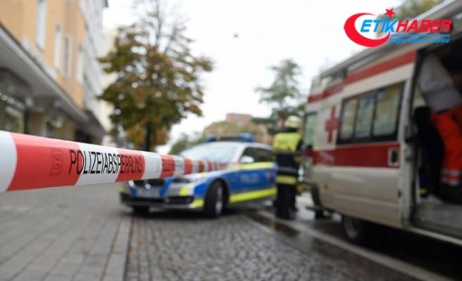 Almanya'da araç camiden çıkan cemaatin arasına daldı