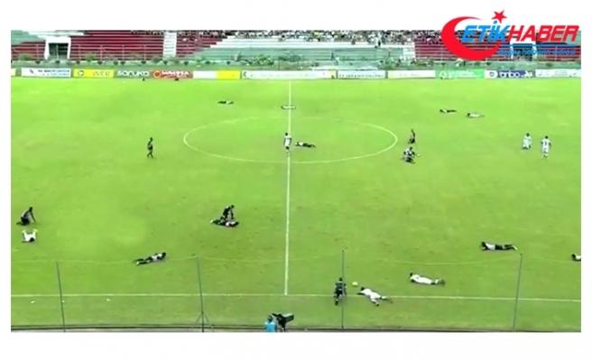 Ekvador Liginde Sahayı Arıların Basmasının Ardından Futbolcular Kendini Yere Bıraktı