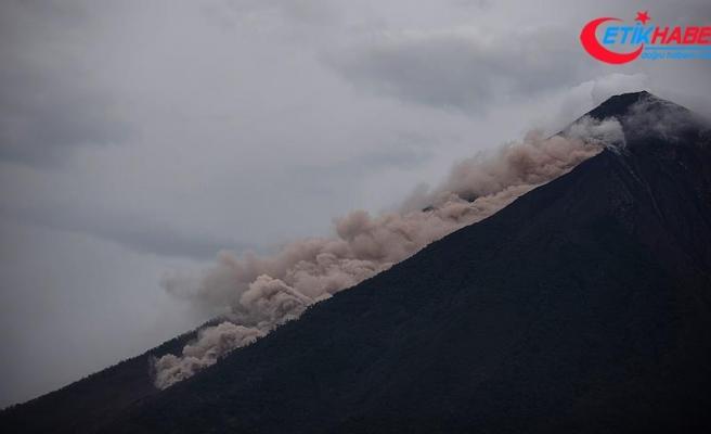 Fuego Yanardağı'nda sıcak kaya ve tortu akıntısı