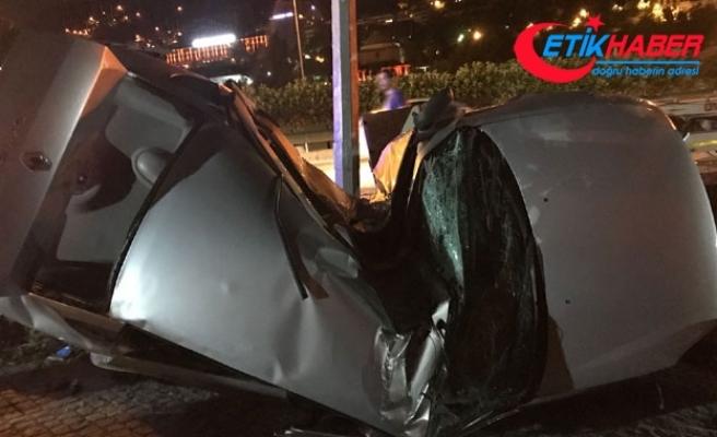 Otomobil aydınlatma direğine çarptı; sürücü öldü, kardeşi ağır yaralı