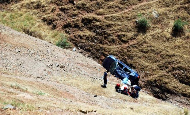 Otomobil uçuruma yuvarlandı: 1 ölü, 3 yaralı