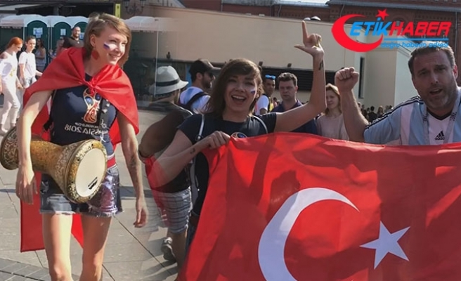 Rus şarkıcı, Türk bayrağı ve darbukayla Moskova sokaklarını gezdi