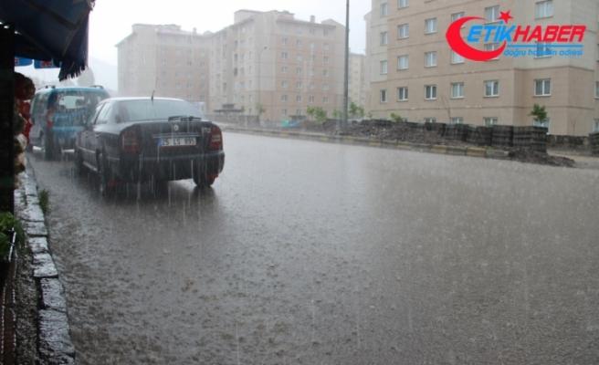 Sağanak yağış Erzurum'da hayatı felç etti