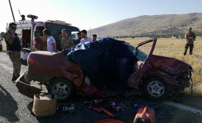 Diyarbakır'da otomobil ile tır çarpıştı: 3 ölü, 1 yaralı