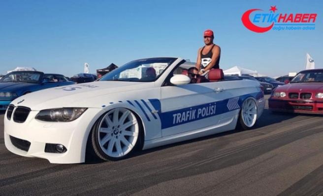Gurbetçi, aracını polis otosu gibi giydirip, otobanda Türk bayrağı açtı