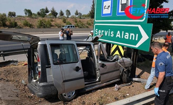 Hafif ticari araç, yön levhasına çarptı: 3 ölü, 6 yaralı