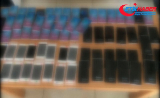 Havalimanında pırlanta ve 73 adet cep telefonu yakalandı
