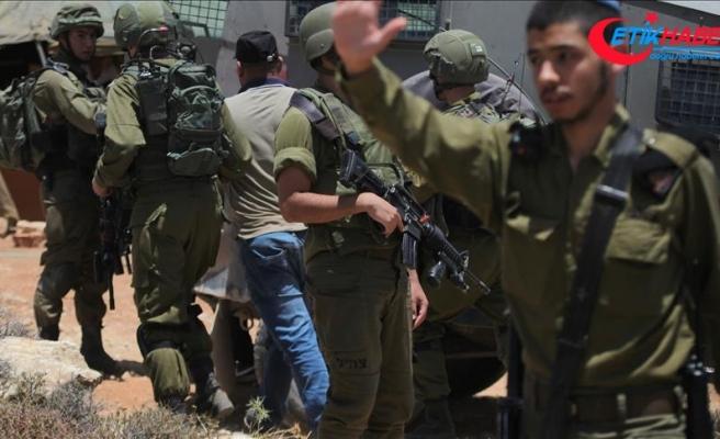 İsrail askerleri Batı Şeria'da 4 gazeteciyi gözaltına aldı