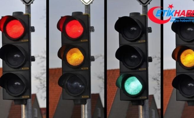 Kırmızı ışıkta geçen sürücüye emsal ceza