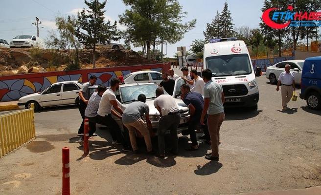 Acil servisin girişini kapatan aracı vatandaşlar kaldırdı