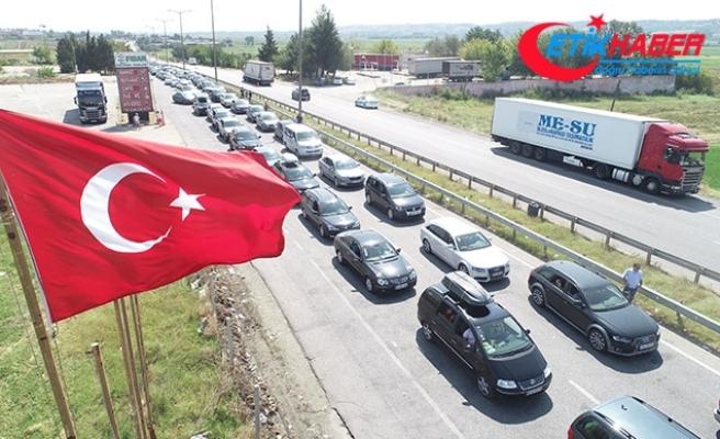 Gurbetçilerin dönüşü sürüyor; Kapıkule'de 6 kilometrelik araç kuyruğu