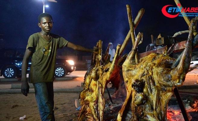 Nijerliler kurban etini pişirip dağıtıyor