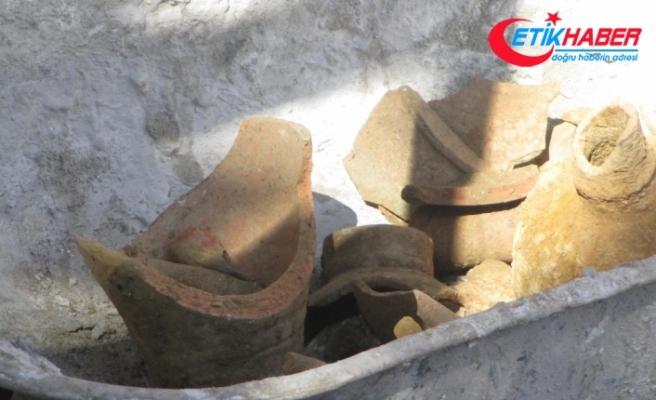 Okul bahçesindeki kazısında 2 tarihi testi bulundu