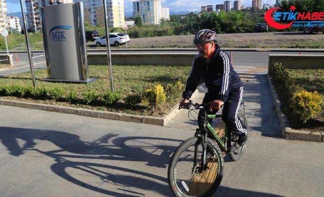 Sağlığı ve tasarruf için makam aracı yerine bisikleti tercih ediyor