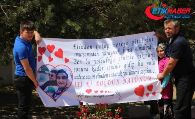 Şehit eşinin doğum gününü mezarı başında kutladı