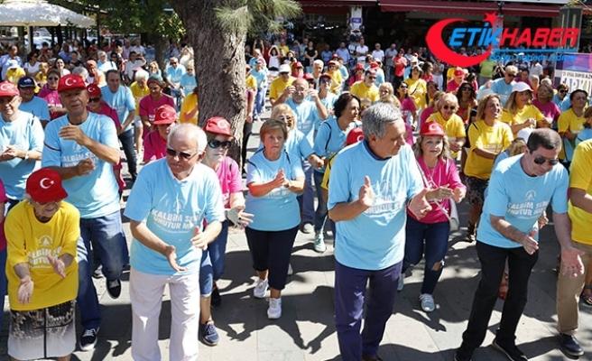 200 emekli, alzheimere dikkat çekmek için 'Erik Dalı' oynadı