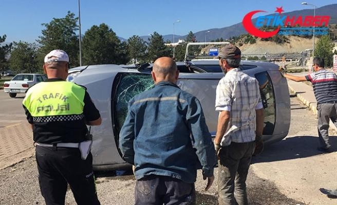Kiraladıkları otomobille takla atan 2 genç kaçtı