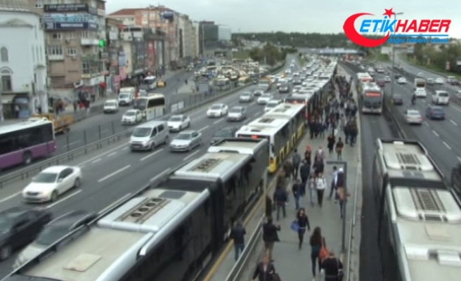 Metrobüs hattındaki arıza uzun kuyruklar oluşturdu