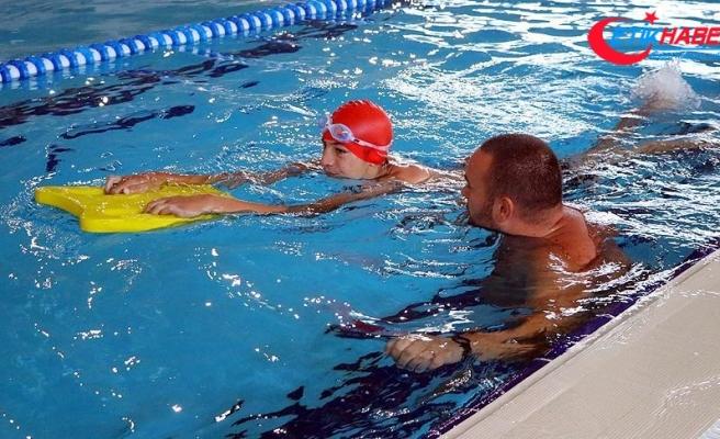 'Özel çocuklara yüzmeyi öğretince çok mutlu oluyoruz'