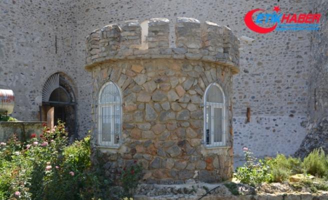 Tarihi kaleye PVC pencere