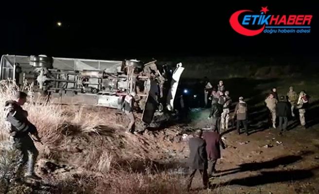 Ağrı'da yolcu otobüsü şarampole devrildi: 19 yaralı