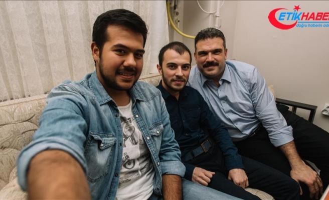 AÜ Rektörü Prof. Dr. Çomaklı'dan öğrenci evine 'çat kapı' ziyaret