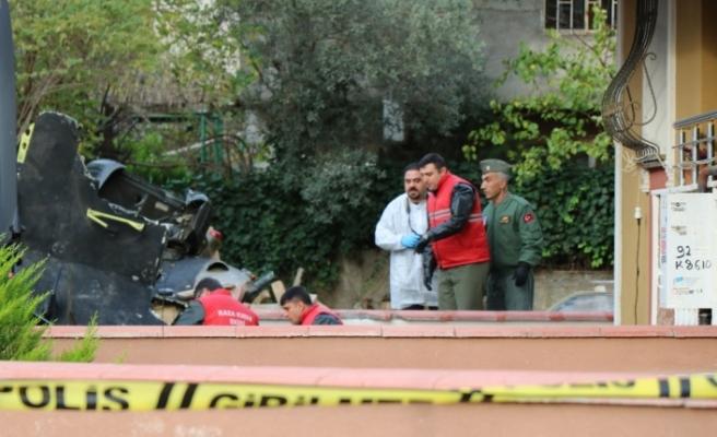 Kaza kırım ekibi helikopterin enkazını inceliyor