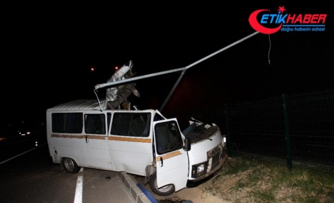 Minibüs elektrik direğine çarptı: 2 ölü