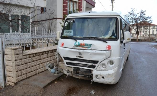 Aksaray'da öğrenci servisiyle kamyonet çarpıştı: 4 yaralı