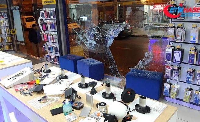 Aynı kişiye ait iki cep telefonu mağazasını 20 dakika arayla soydular