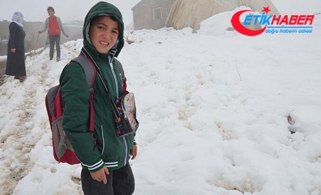 Battaniyeden yapılan çantayı kullanan İsmail'e, okul çantası hediye edildi