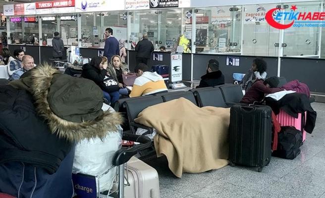 Bilet alamayan Kolombiyalı dansçılar havalimanında bekliyor