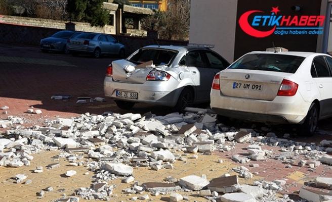 Binanın dış yalıtımı otomobillerin üzerine düştü