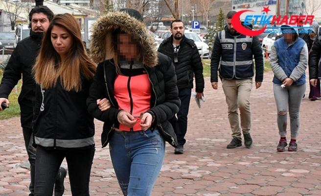 Birlikte alkol aldıkları arkadaşlarını bıçaklayan 2 genç kıza gözaltı