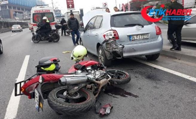D-100'de otomobile çarpan motosikletin sürücüsü yaralandı