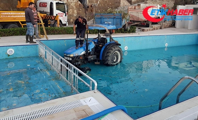El freni çekilmeyen traktör yüzme havuzuna düştü