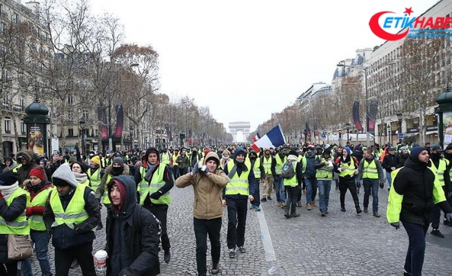 Fransa'da sarı yeleklilerden 360 yolda kapatma eylemi