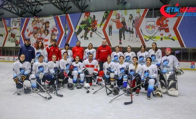 Hamza Yerlikaya üniversitelilerle buz hokeyi oynadı