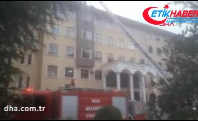 Rize'de lisenin çatısı yandı