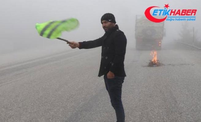 Sisli yolda aracı arızalanan sürücü ateş yaktı