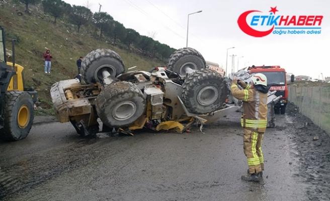 Sultangazi'de iş makinesi metrelerce yuvarlandı: Sürücü yaralandı