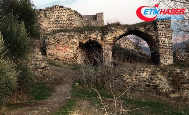 Tarihi Niksar Kalesi'nin surlarındaki yazılar tepki çekti