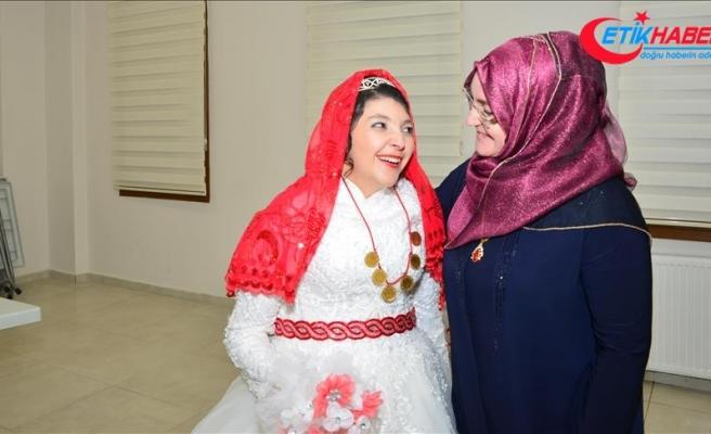 Uşak'ta zihinsel engelli genç kıza temsili düğün yapıldı