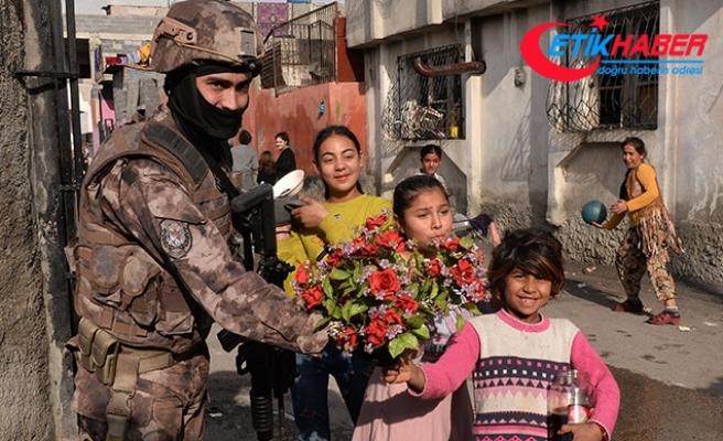 Adana'da narkotik uygulamasında polise çiçek