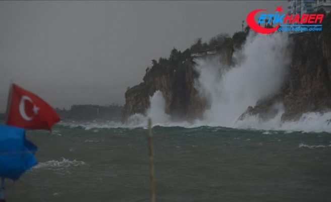 Antalya'da kuvvetli yağış ve fırtına etkili oluyor