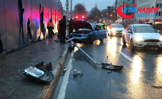 Beyoğlu'nda kontrolden çıkan otomobil aydınlatma direğini devirdi